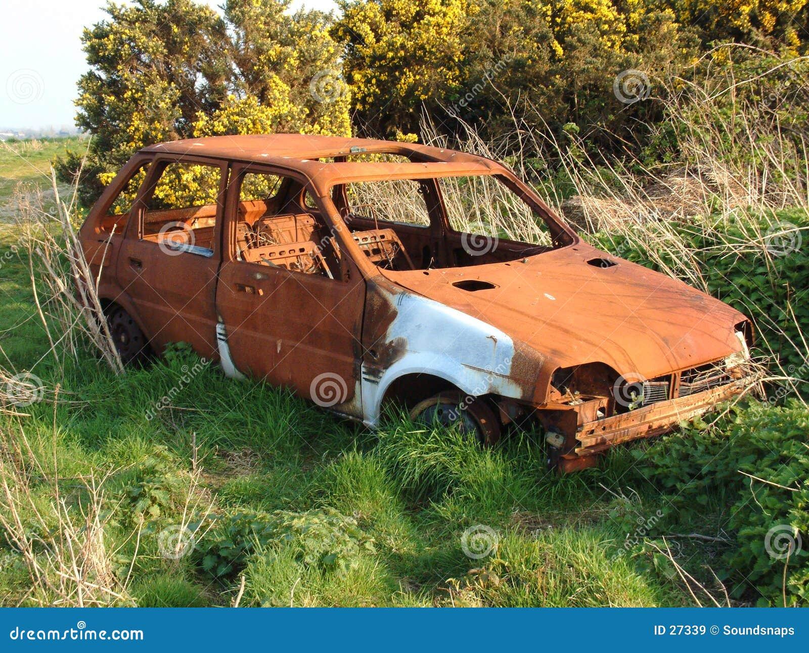 Épave rouillée abandonnée de véhicule