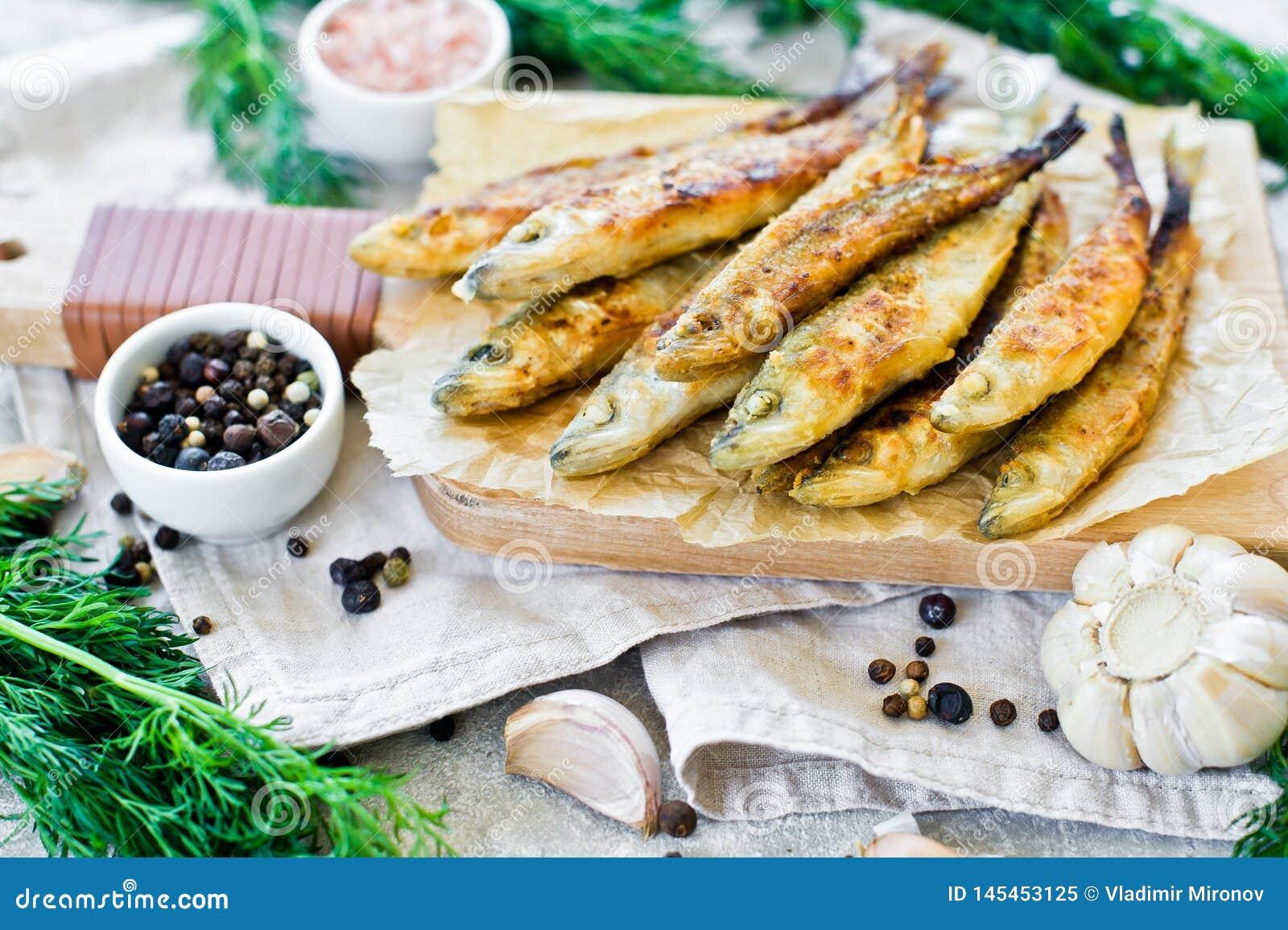 ?perlan frit sur un hachoir en bois, un aneth, un sel rose, un poivre et un ail Fond gris, vue sup?rieure, l espace pour le texte
