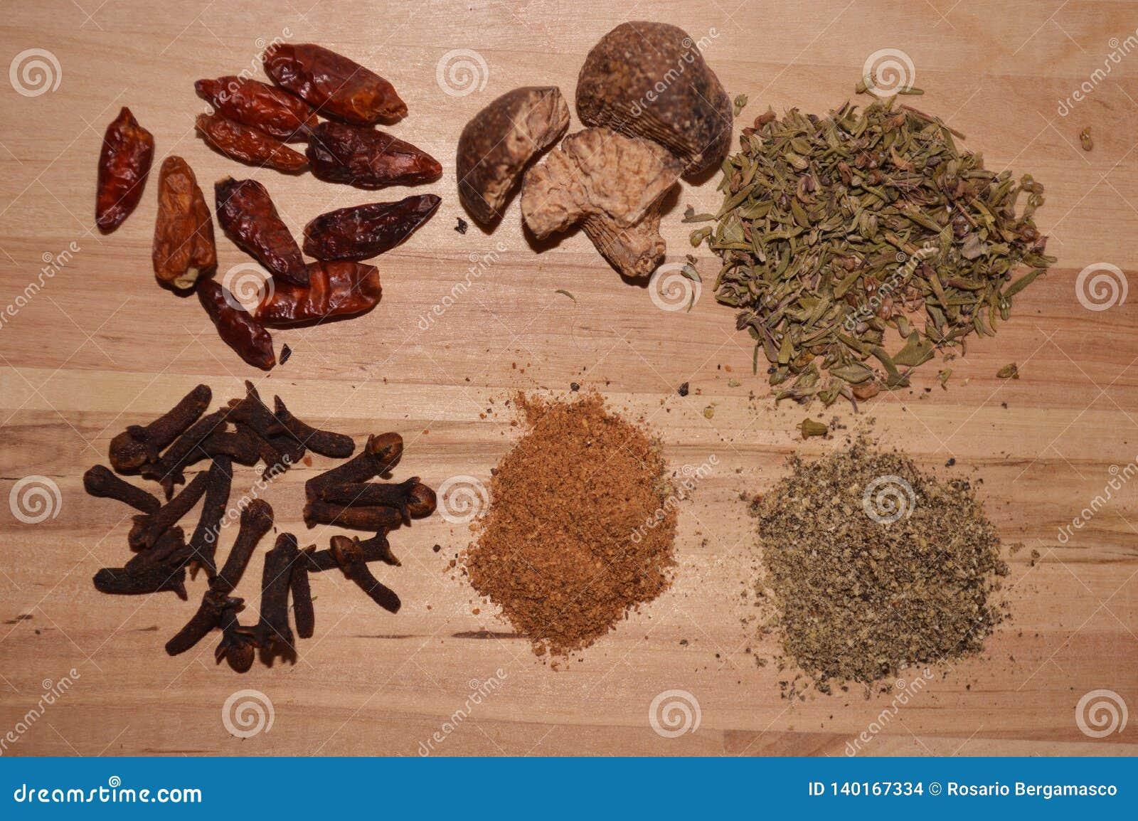 Épice l ingrédient pour le piment rouge fort de clous de girofle origan de noix de muscade de cinnemon de cuisinier