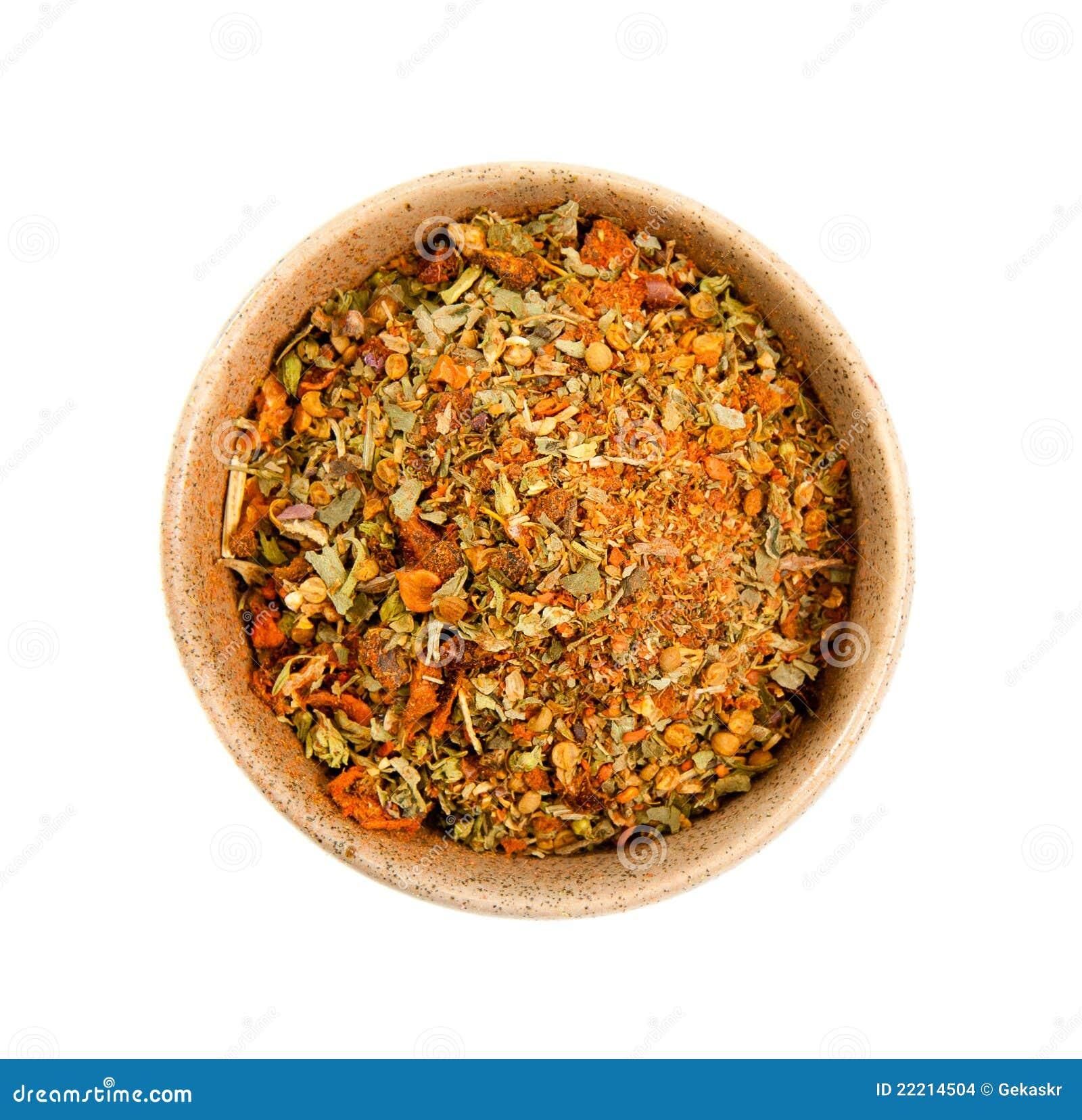 Épices dans une cuvette en céramique