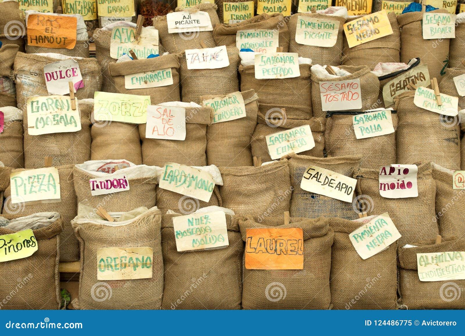 Épices et herbes dans les sacs