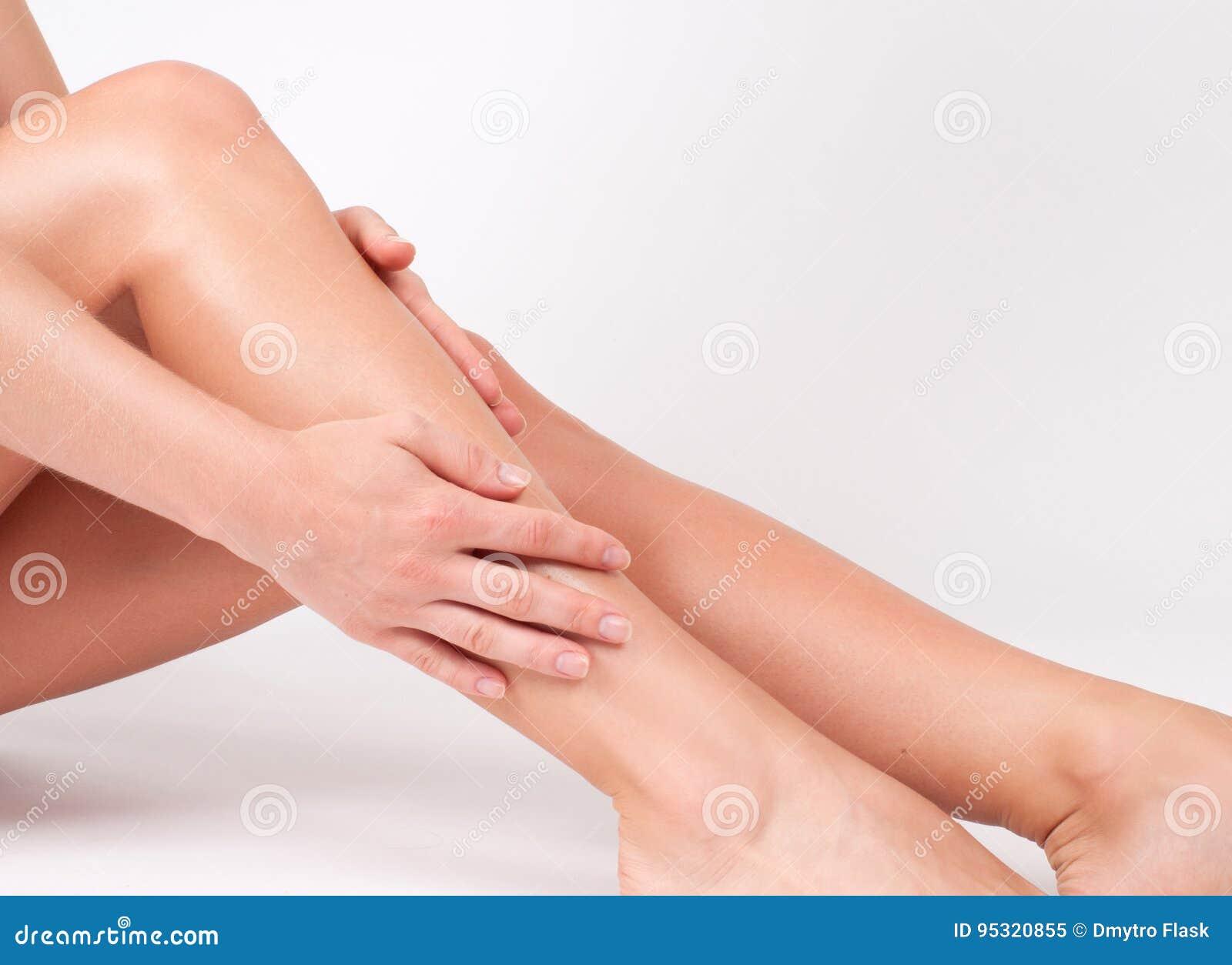 Épilation et epilation Jambes de femme avec la peau lisse après dépilage