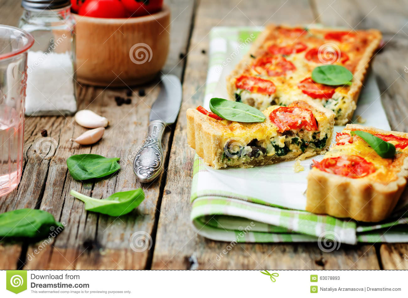 Download Épinards, Tomates, Quiche De Champignon Image stock - Image du personne, quiche: 63078893