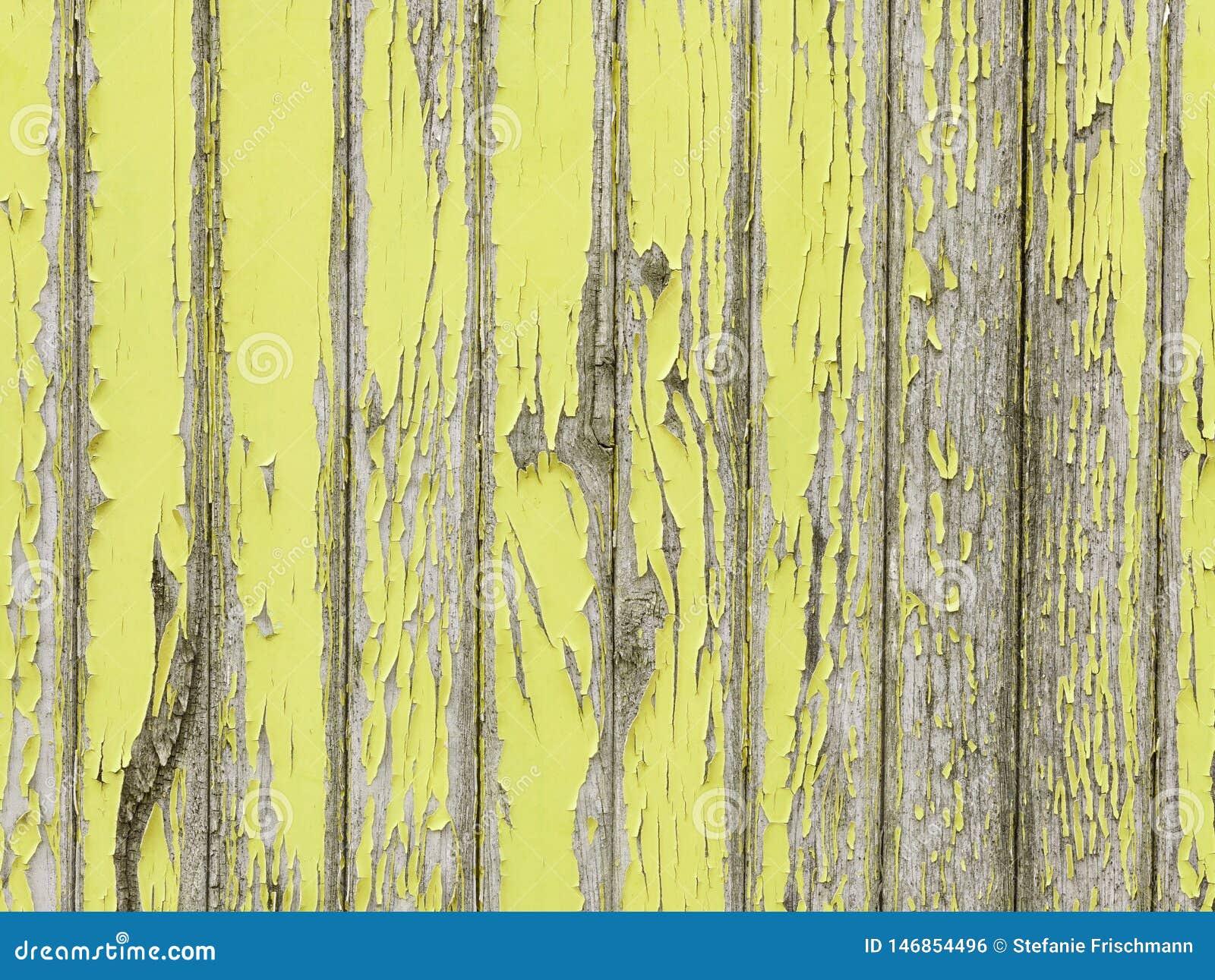 épluchage De La Peinture Jaune Sur Le Vieux Mur En Bois