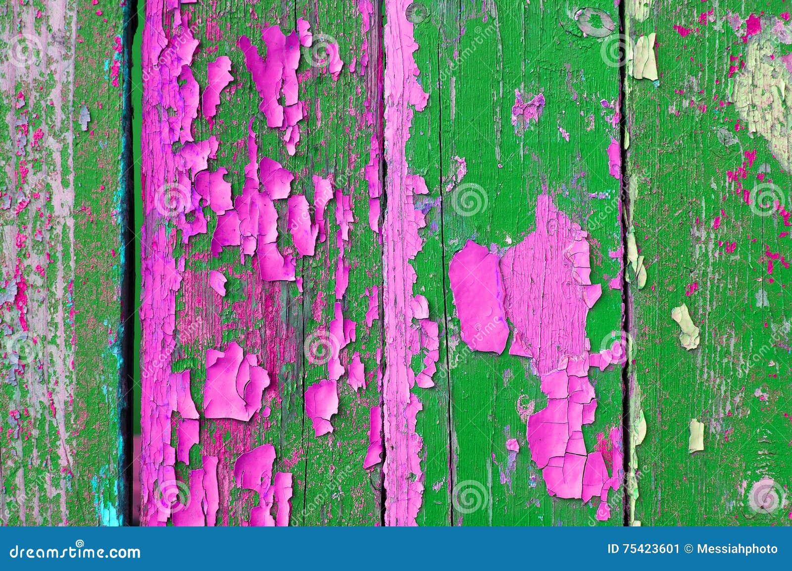 épluchant La Peinture Verte Et Rose Sur Le Vieux Bois Superficiel