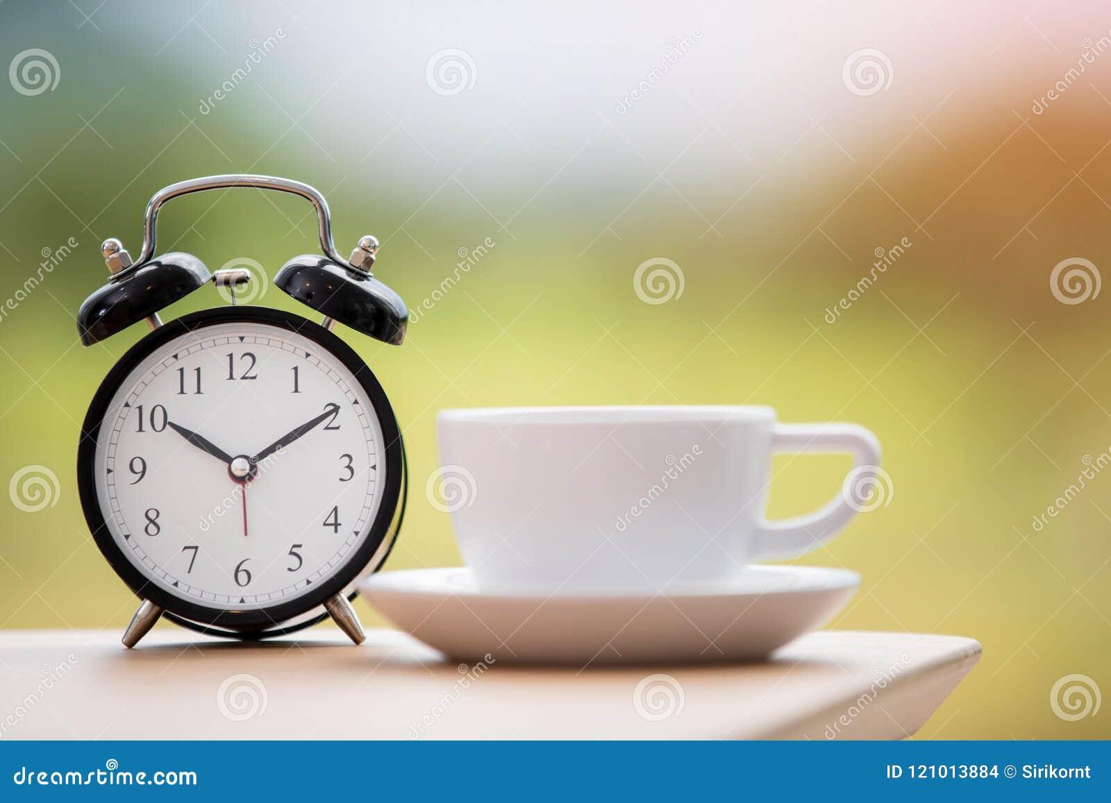 Épocas do café com o despertador na tabela