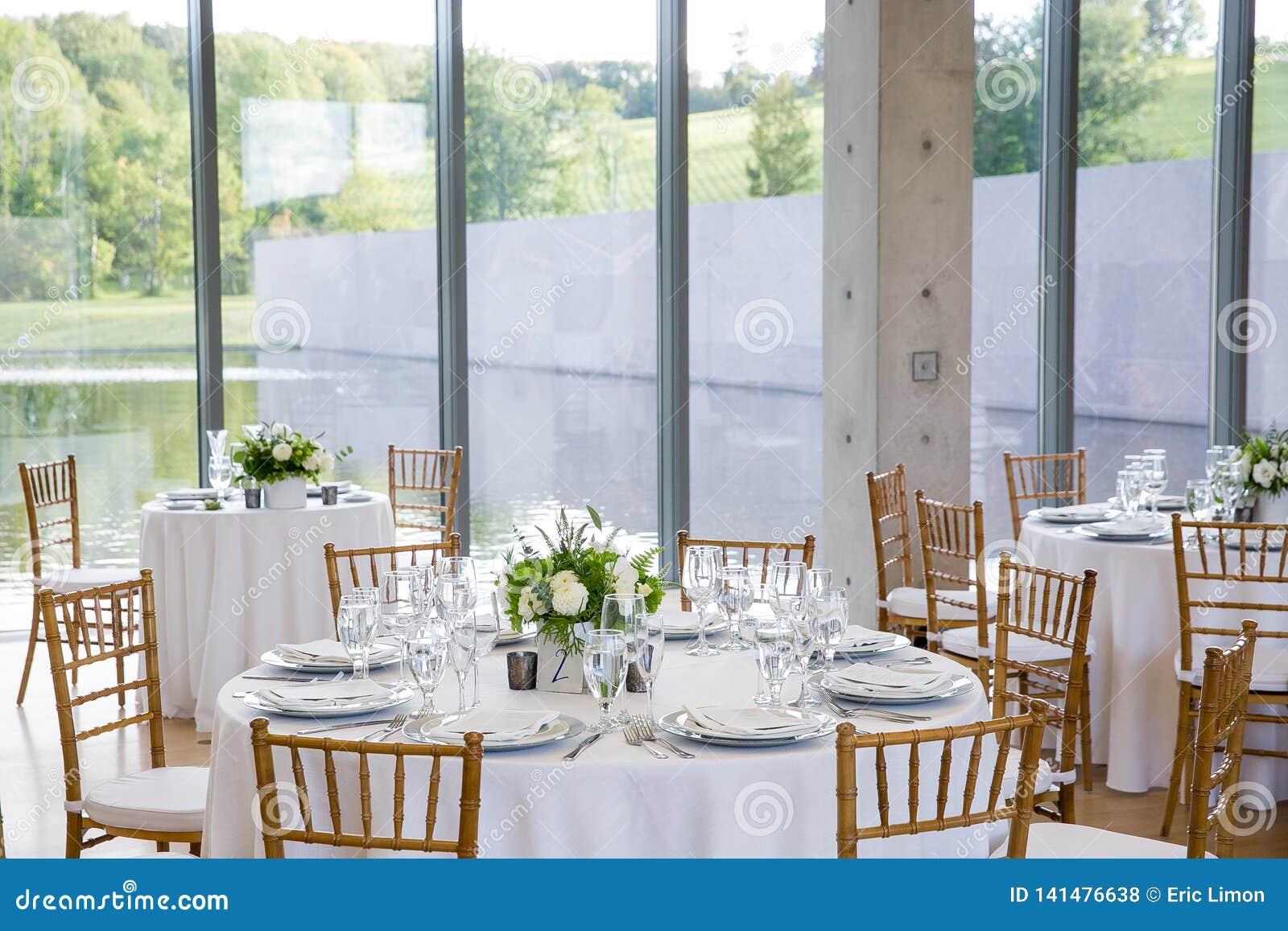 Épousant des tables mises pour l amende dinant à un événement approvisionné de fantaisie - série de table de mariage