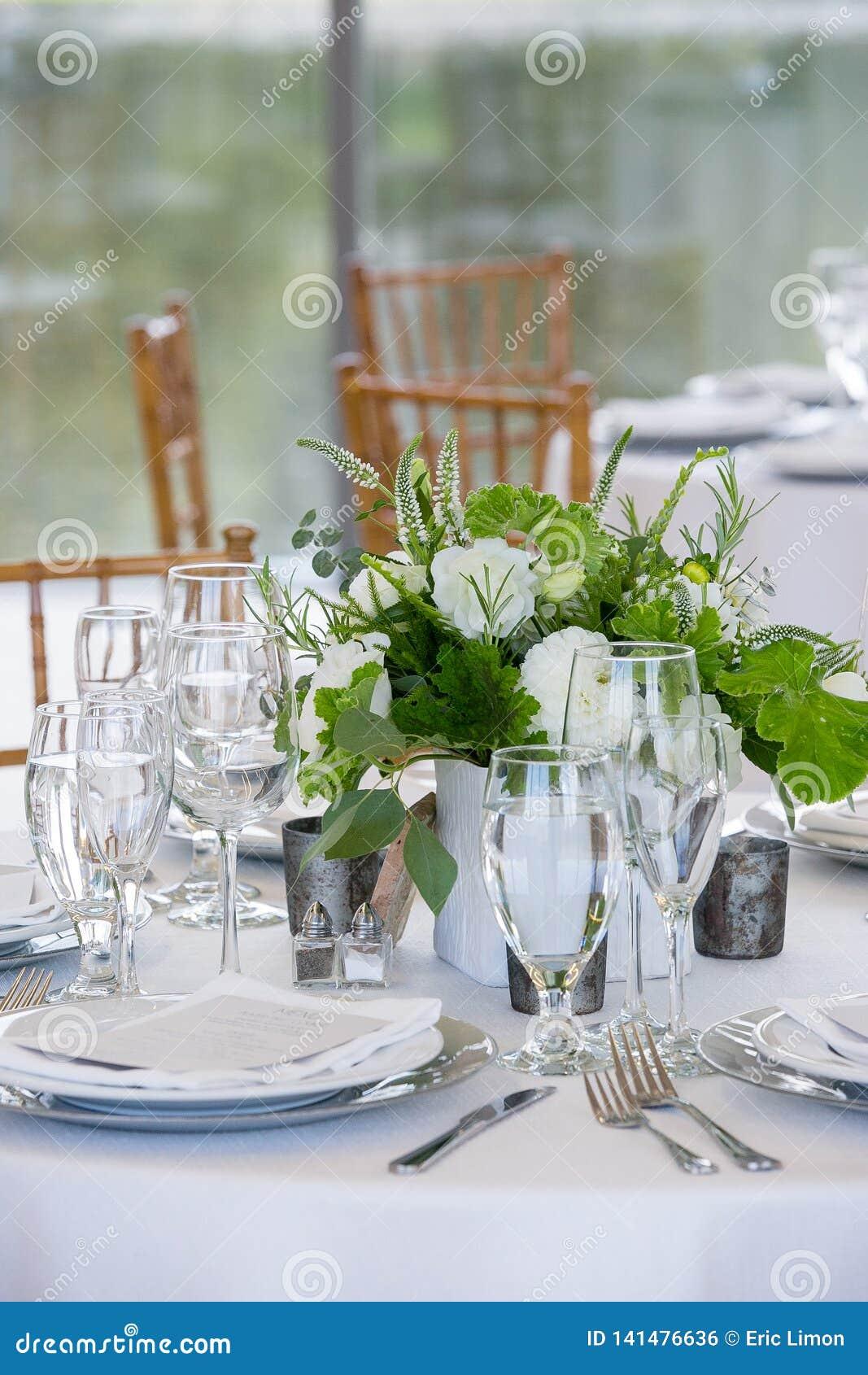 Épousant l ensemble de table pour l amende dinant à un événement approvisionné de fantaisie - série de table de mariage