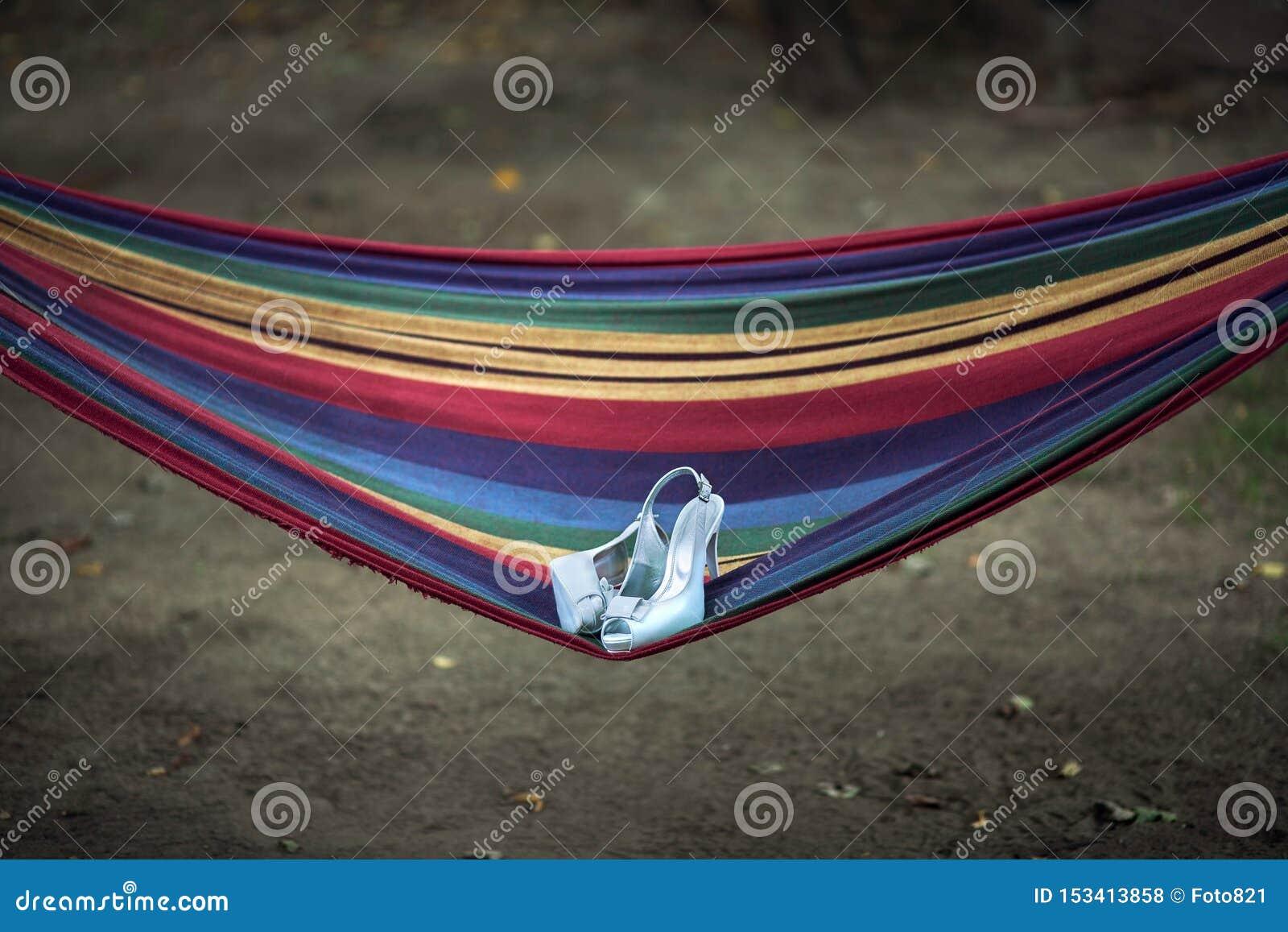 Épousant les chaussures se trouvent sur un hamac