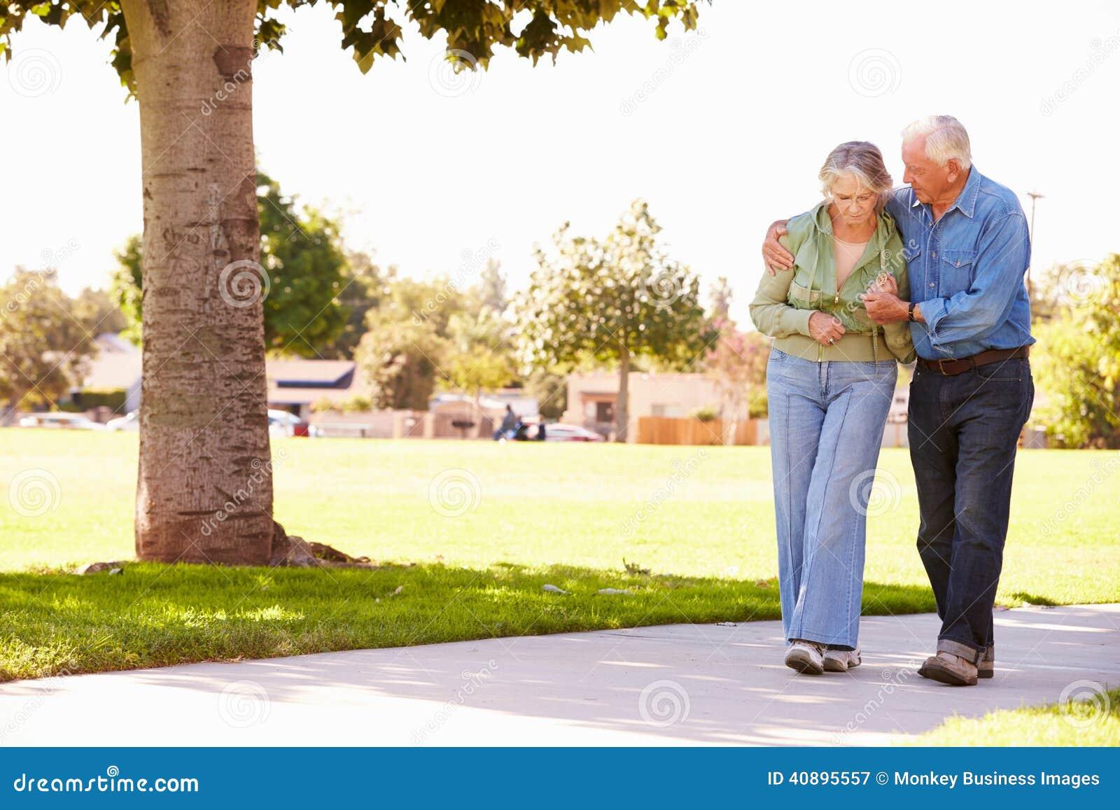 Épouse de aide d homme supérieur comme ils marchent en parc ensemble