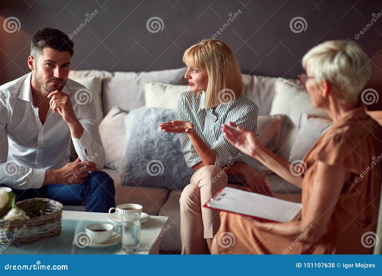 Épouse expliquant le problème matrimonial au psychologue