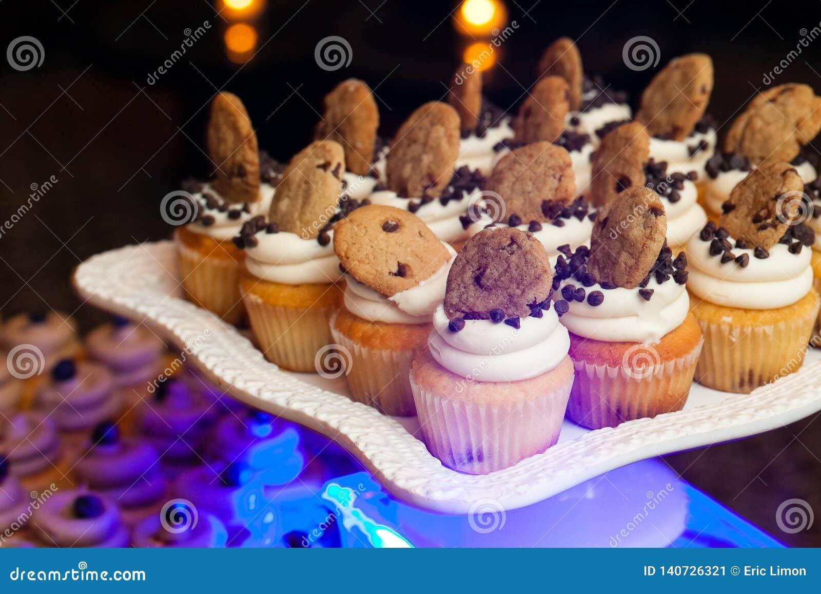Épouser des petits gâteaux avec des frites et des biscuits de chocolat pendant un événement approvisionné