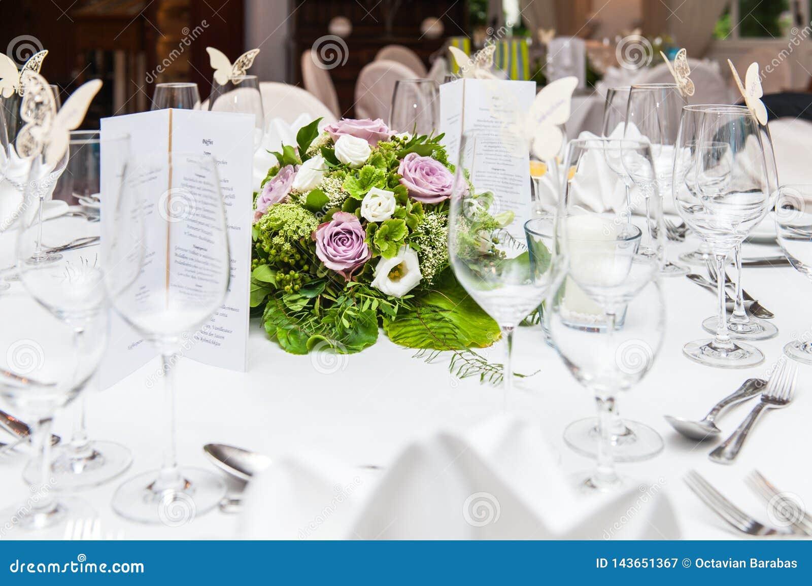 Épouser la décoration de table avec le bouquet de fleur