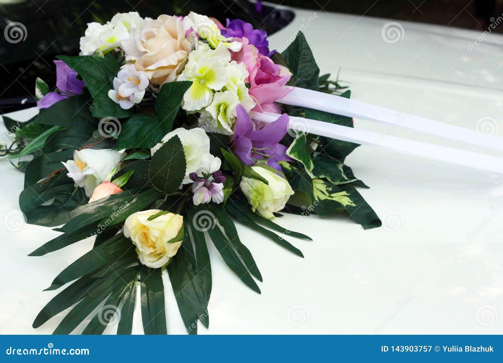 Épouser la voiture avec de belles décorations des fleurs colorées