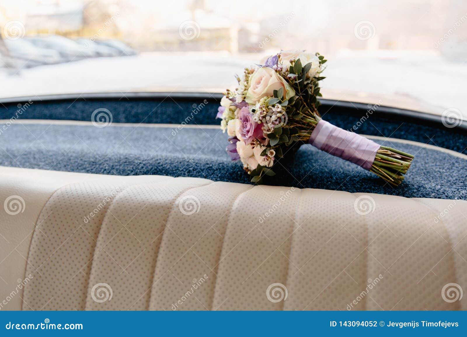 Épouser le bouquet s étendant dans un intérieur allemand de voiture de vieux cru