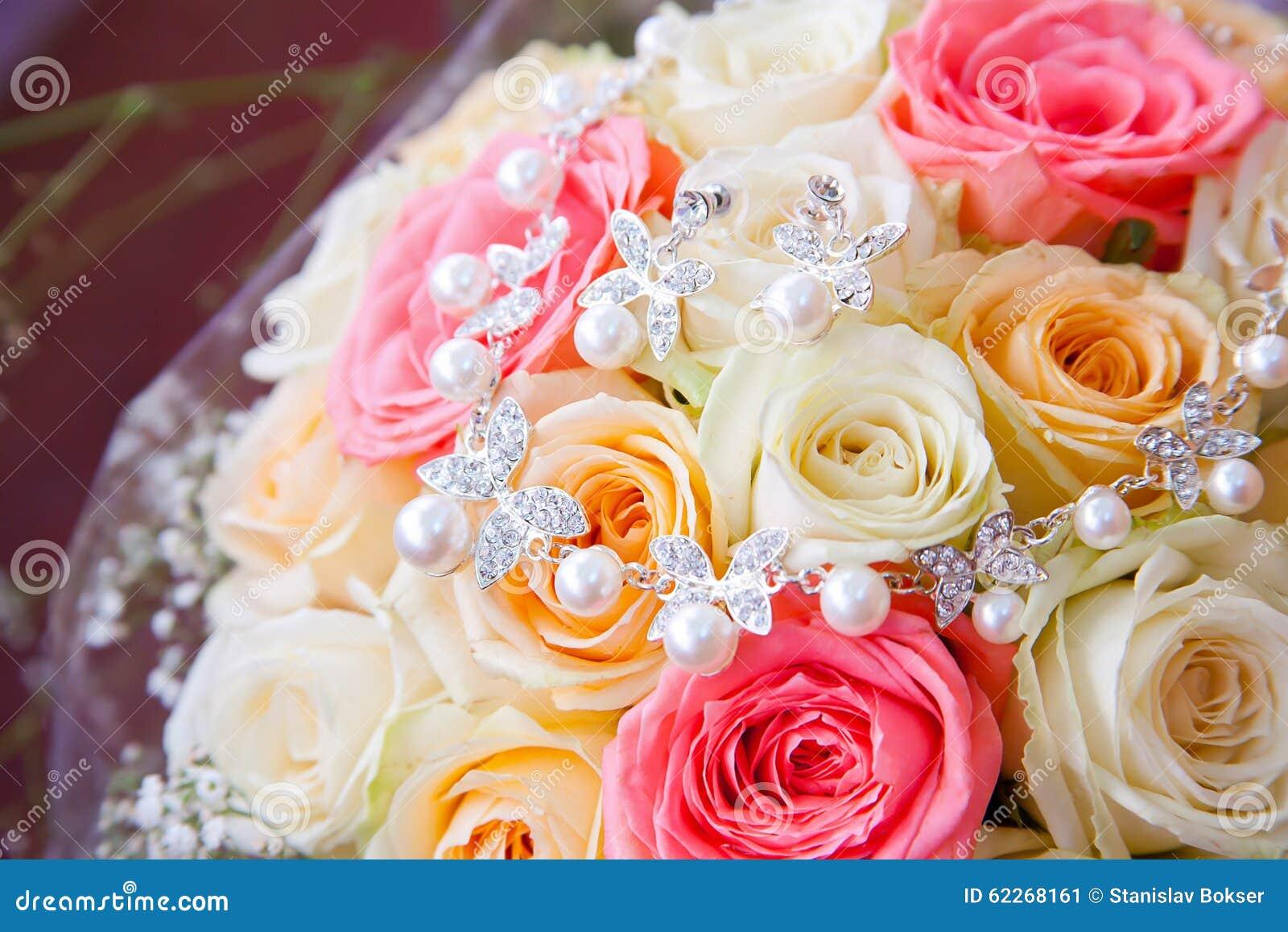 Epouser Le Collier Rose De Bouquet Et D Argent Avec Des Perles Image
