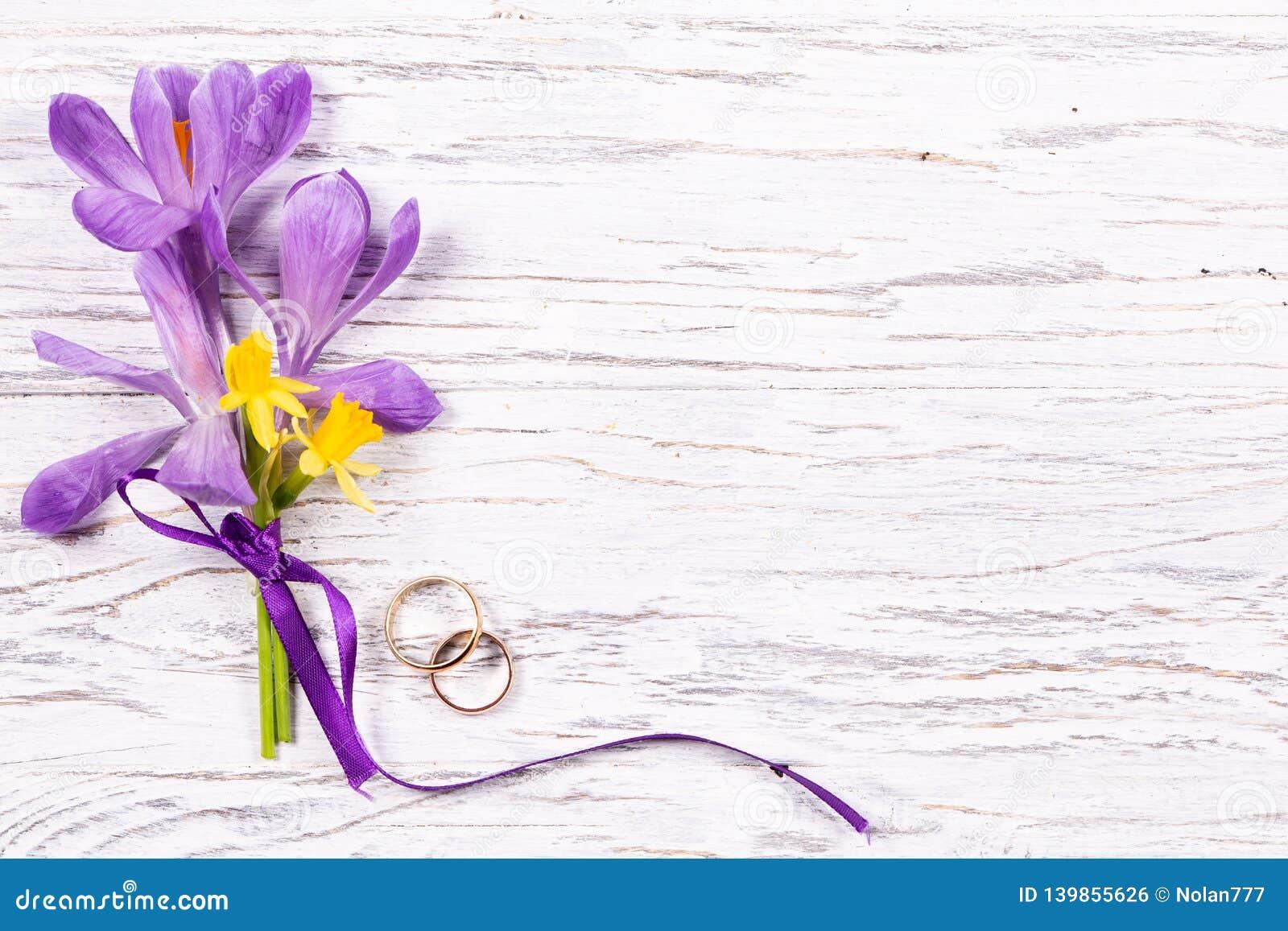 Épouser le concept avec des fleurs de ressort et deux anneaux d or