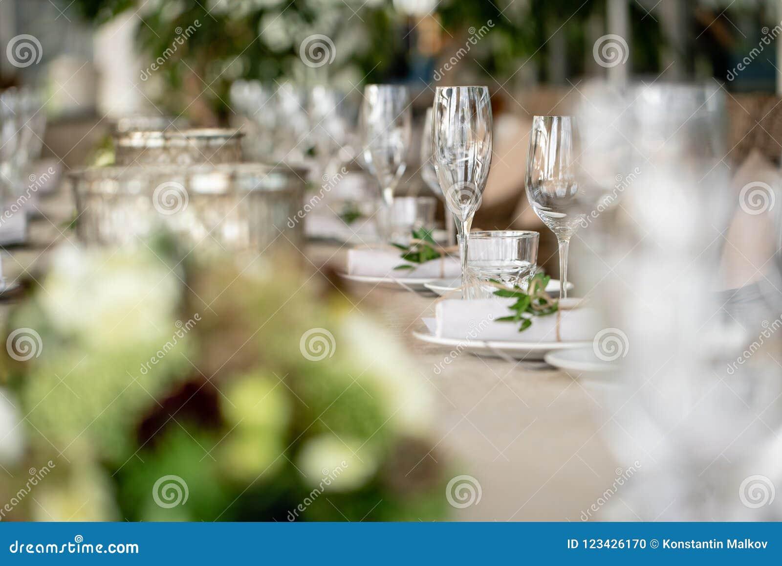 Épouser le dîner de banquet ou de gala Les chaises et la table pour des invités, servies avec les couverts et la vaisselle Couver