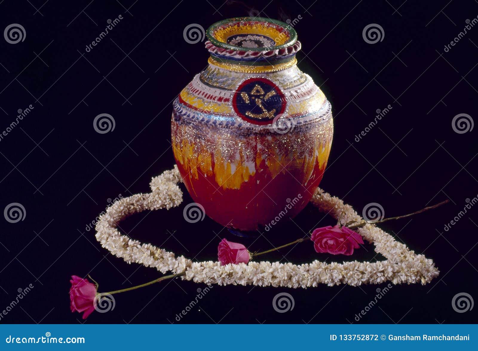 Épouser le pot décoré cérémonieux avec des remplissages de bonbons pour la jeune mariée