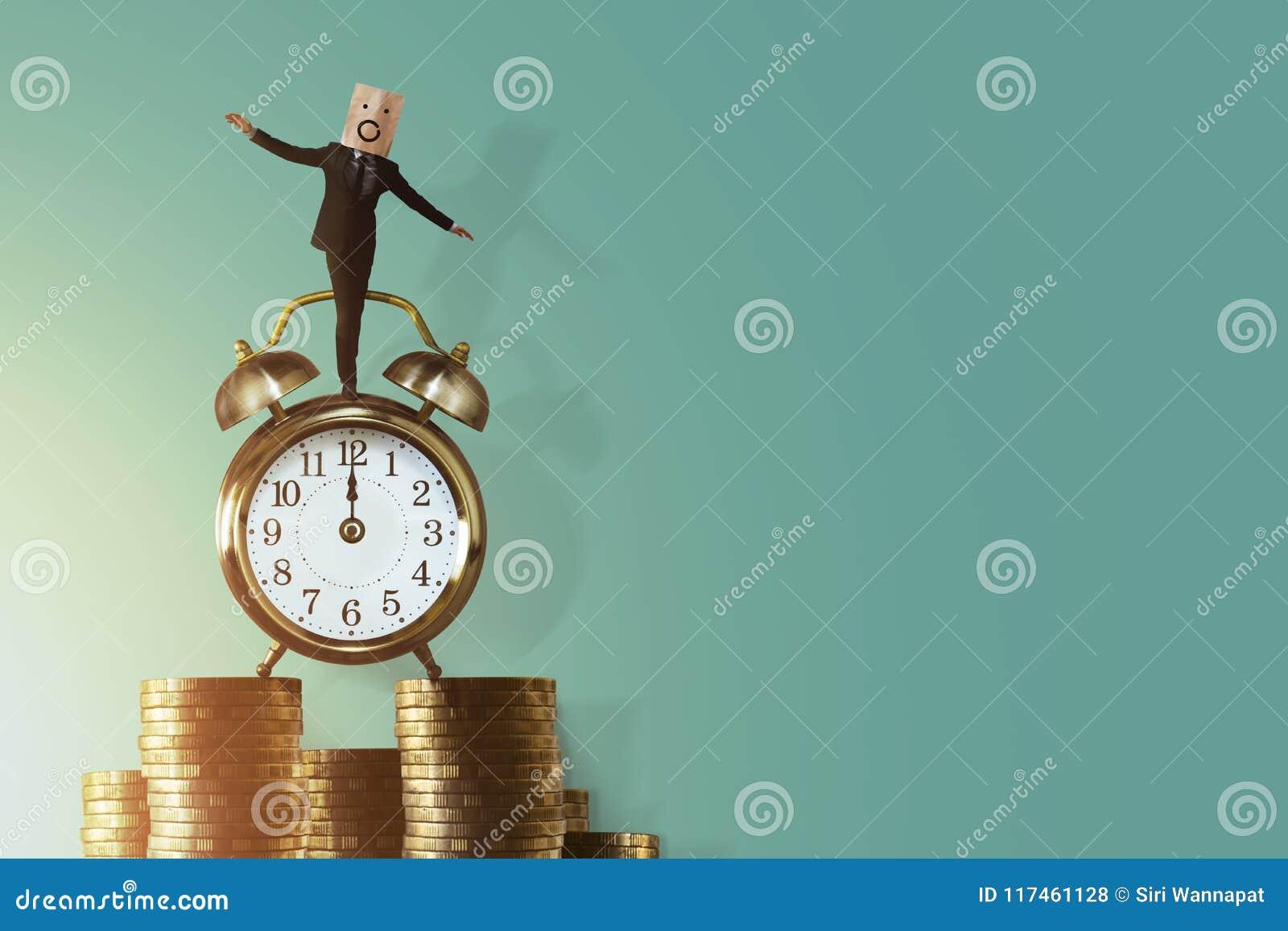 Équilibre de la vie de travail pendant le temps et le concept d argent Businessma enthousiaste