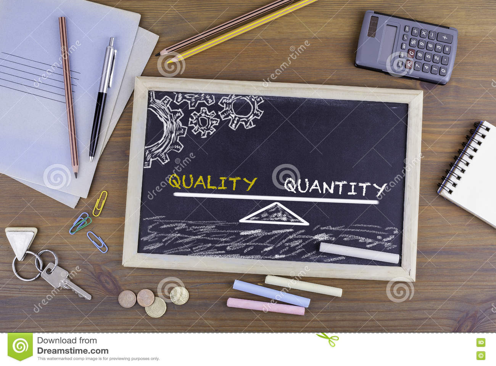 Équilibre de quantité de qualité tableau sur le bureau en bois