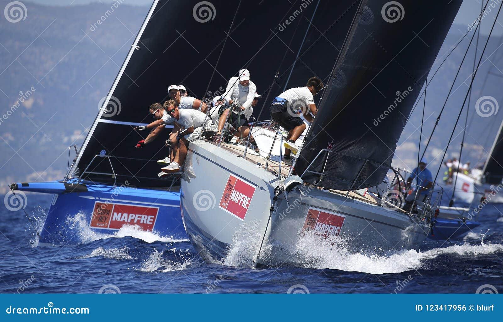 Équipage au travail pendant la régate de navigation