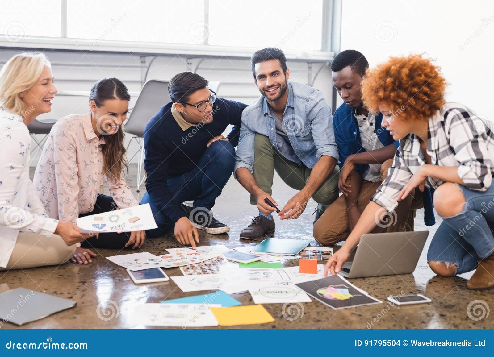 Équipe créative d affaires discutant au-dessus des documents