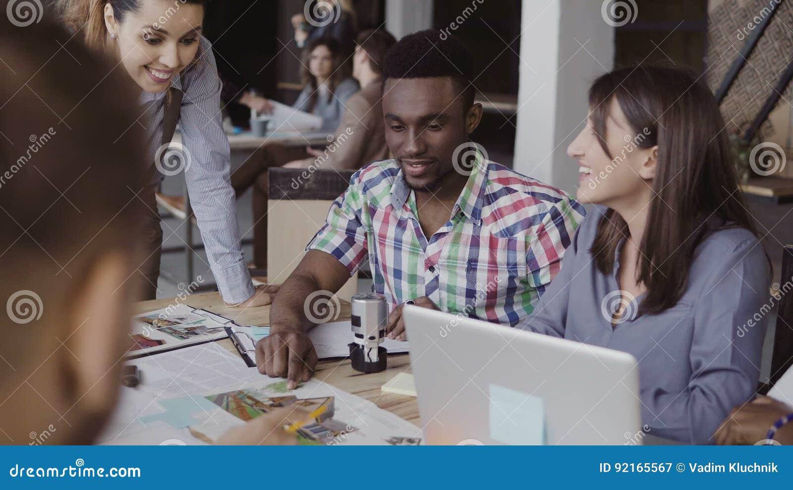 Équipe créative d affaires discutant le projet architectural Séance de réflexion du groupe de personnes de métis dans le bureau à