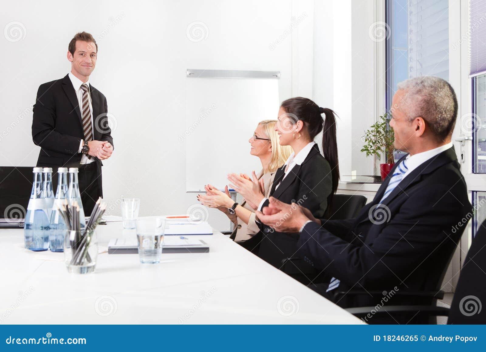 Équipe d affaires applaudissant à la présentation