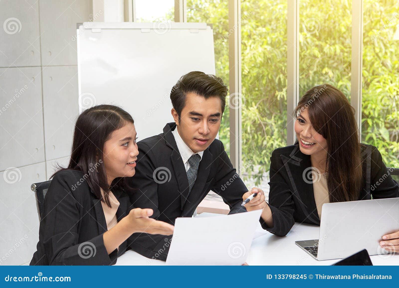 Équipe d affaires asiatiques posant dans le lieu de réunion Brainstor fonctionnant