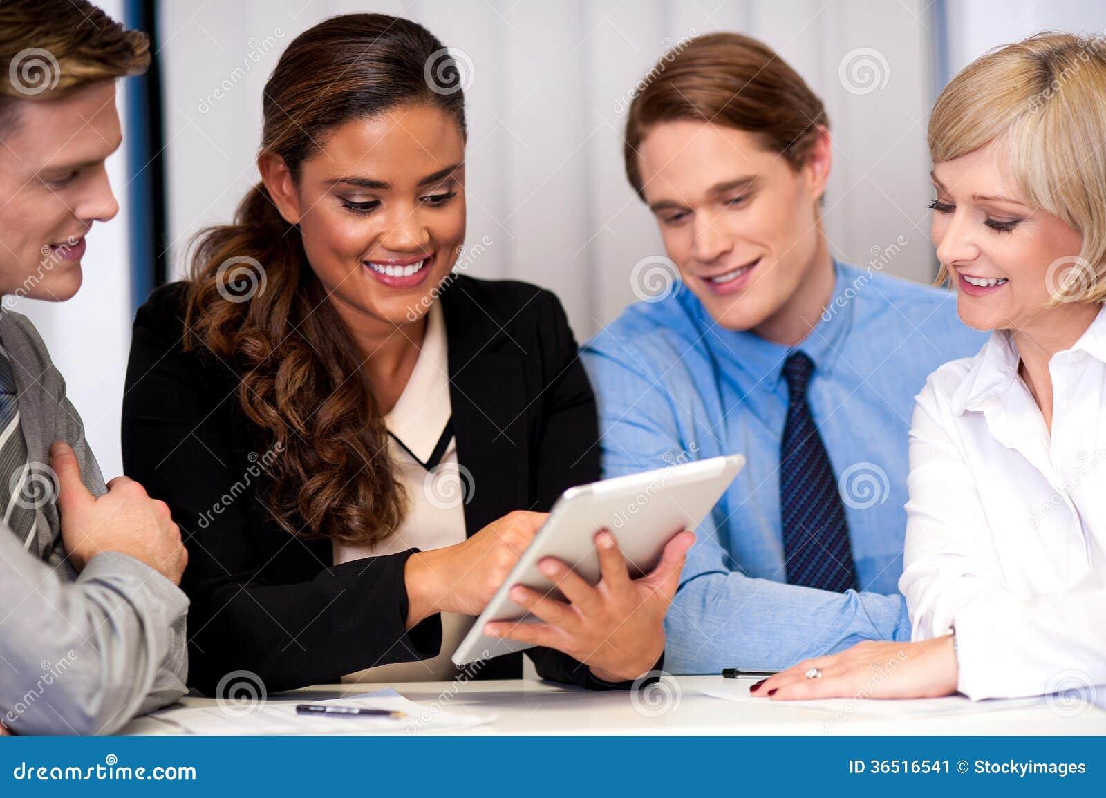 Équipe d affaires du travail quatre appréciant