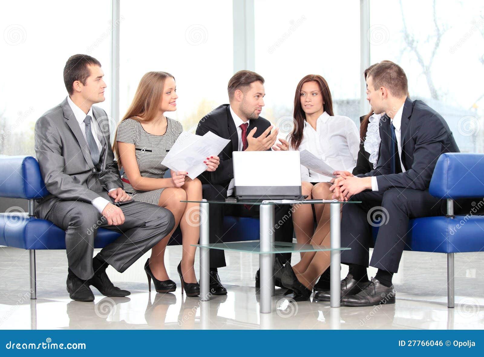 Équipe d affaires lors du contact
