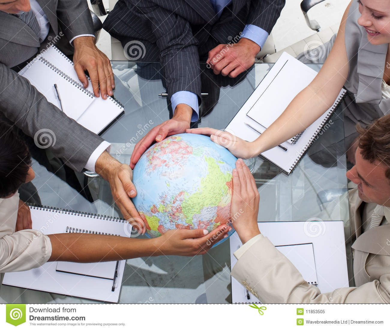 Équipe d affaires retenant un globe terrestre
