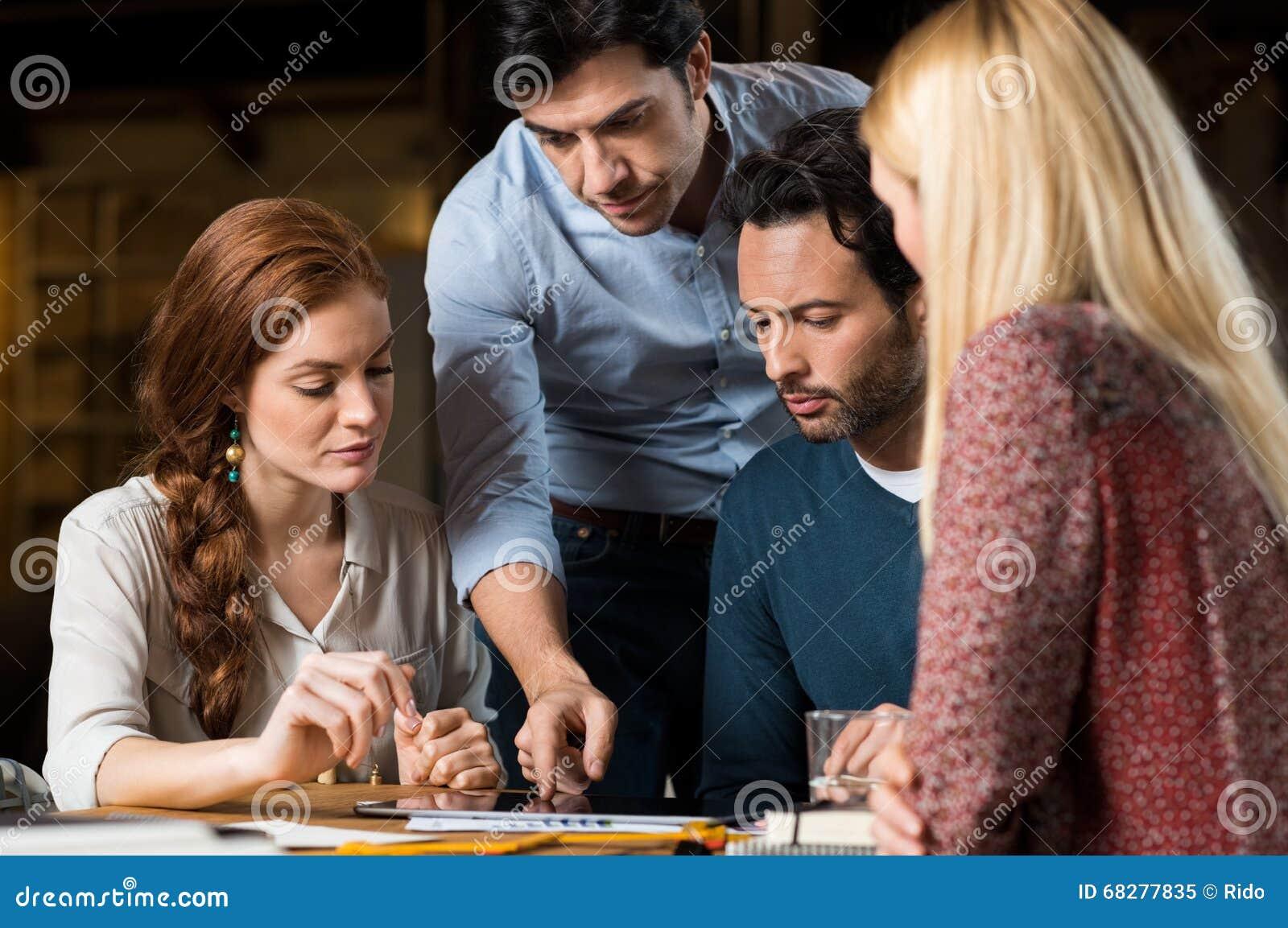 Équipe d affaires travaillant sur l ordinateur portatif