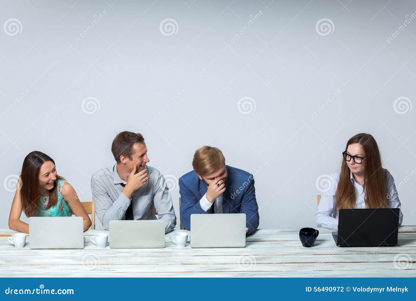 Équipe d affaires travaillant sur leur projet d affaires
