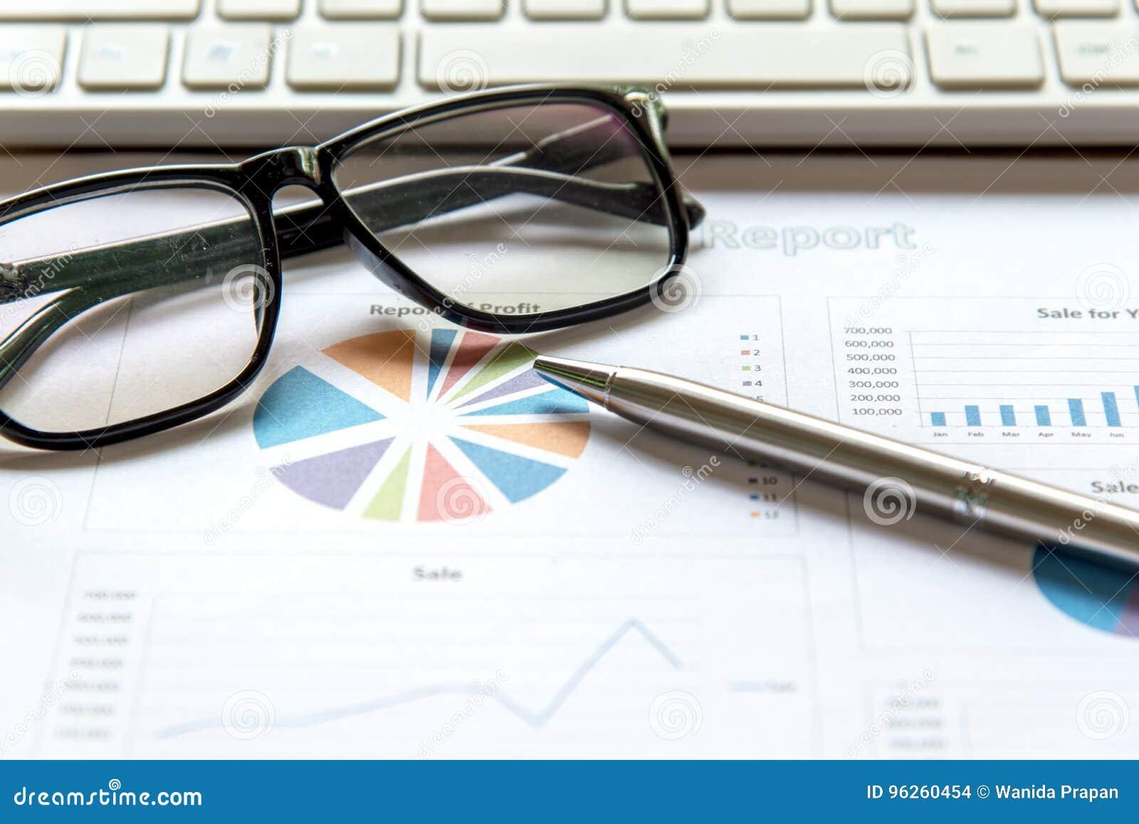 Équipe d affaires utilisant la tablette à travailler avec des données financières Associés discutant le graphique de la croissanc
