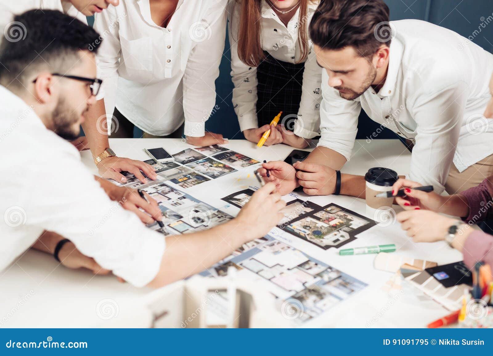 équipe d architectes travaillant sur des plans de construction