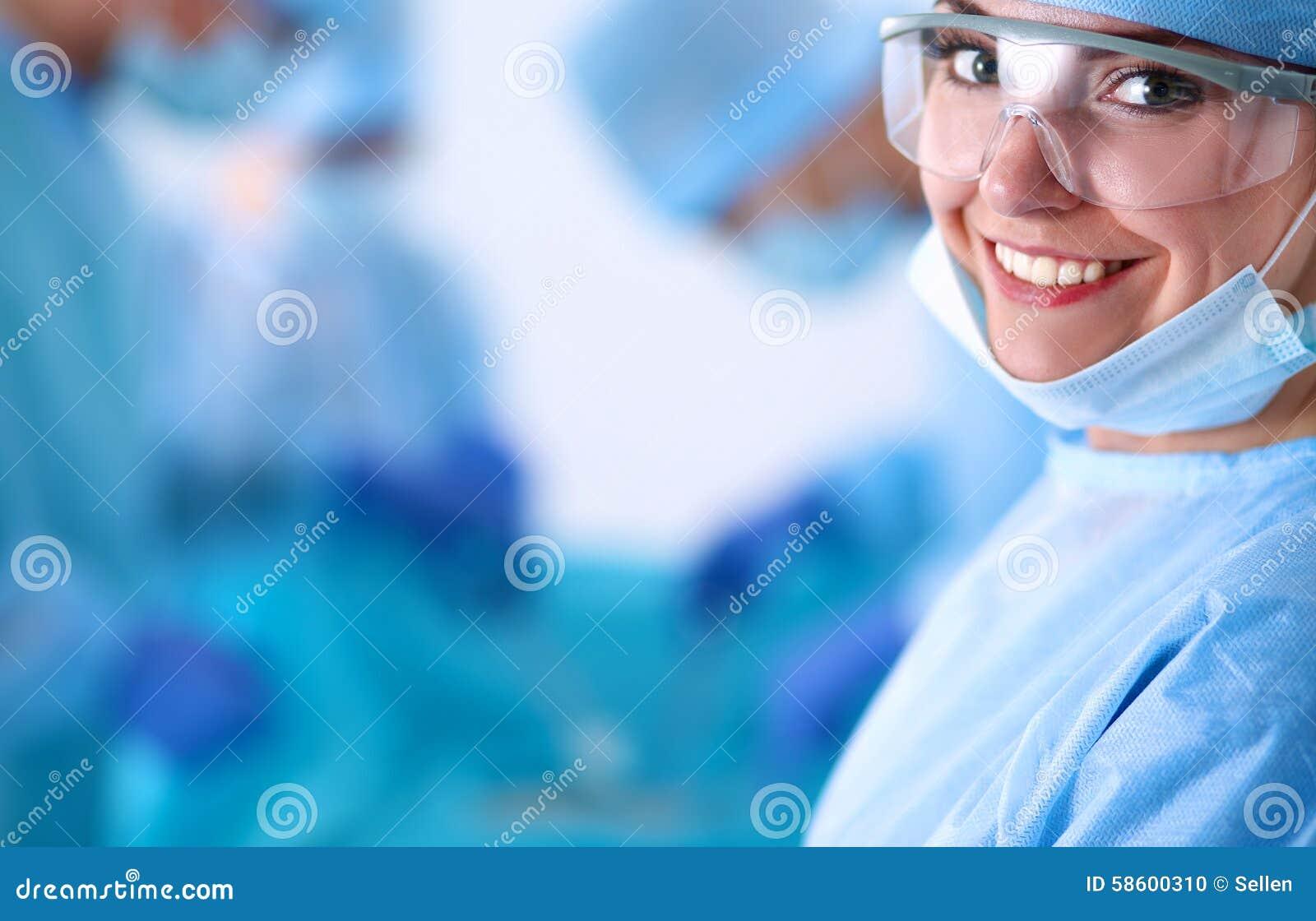 Équipe de chirurgie dans la salle d opération