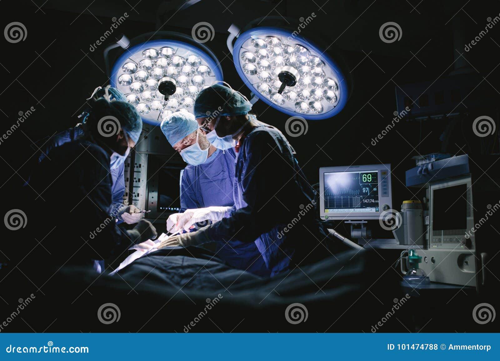 Équipe de chirurgiens faisant la chirurgie