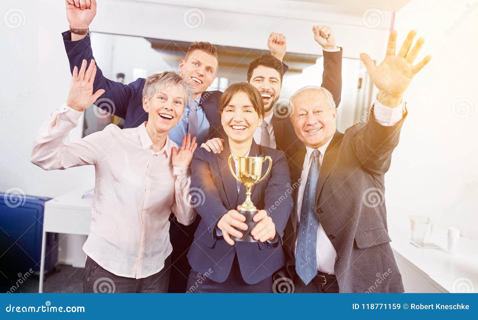 Équipe de démarrage avec le trophée de gagnant