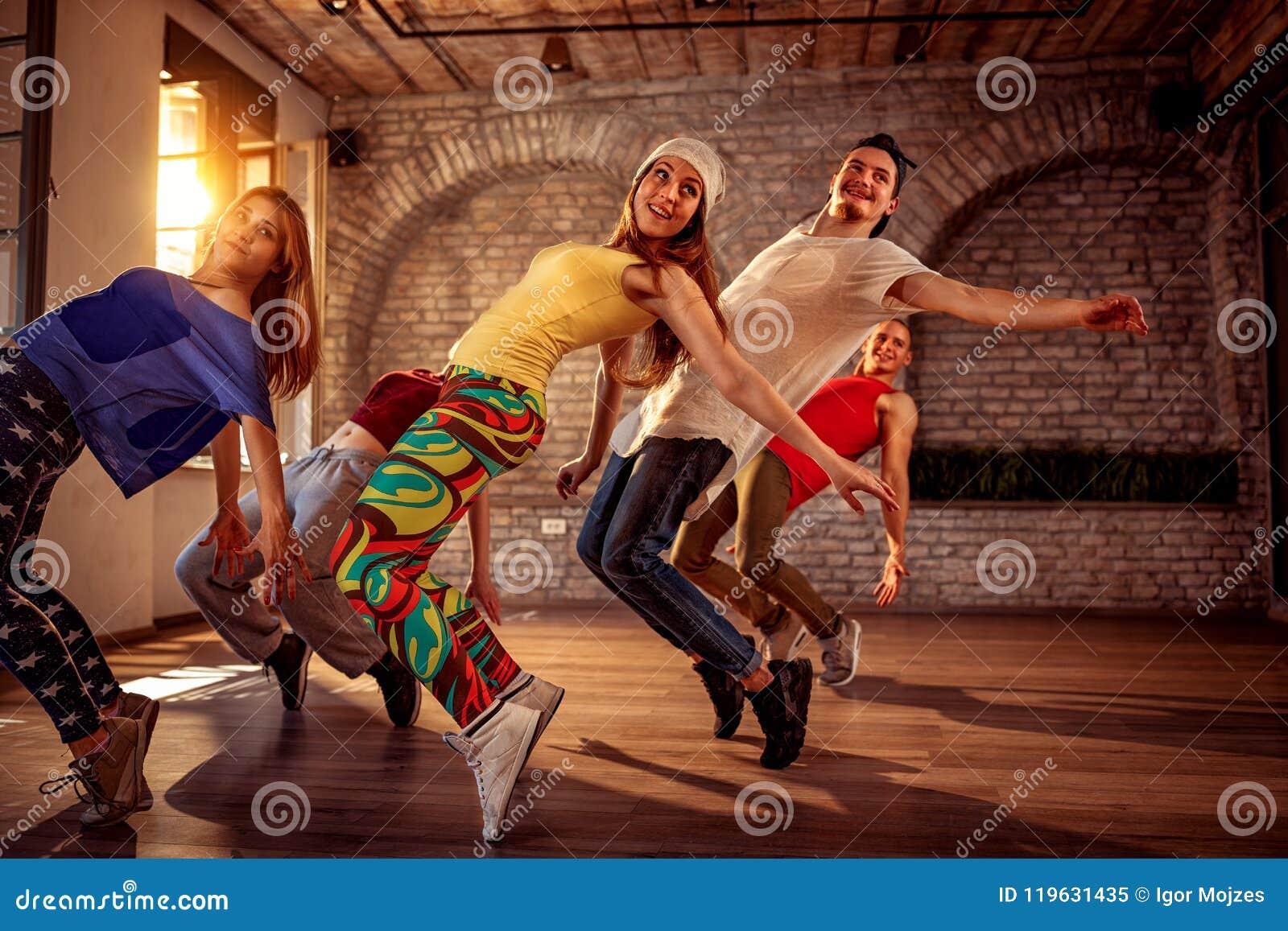 Équipe de danse de passion - danseur urbain d houblon de hanche exerçant le train de danse