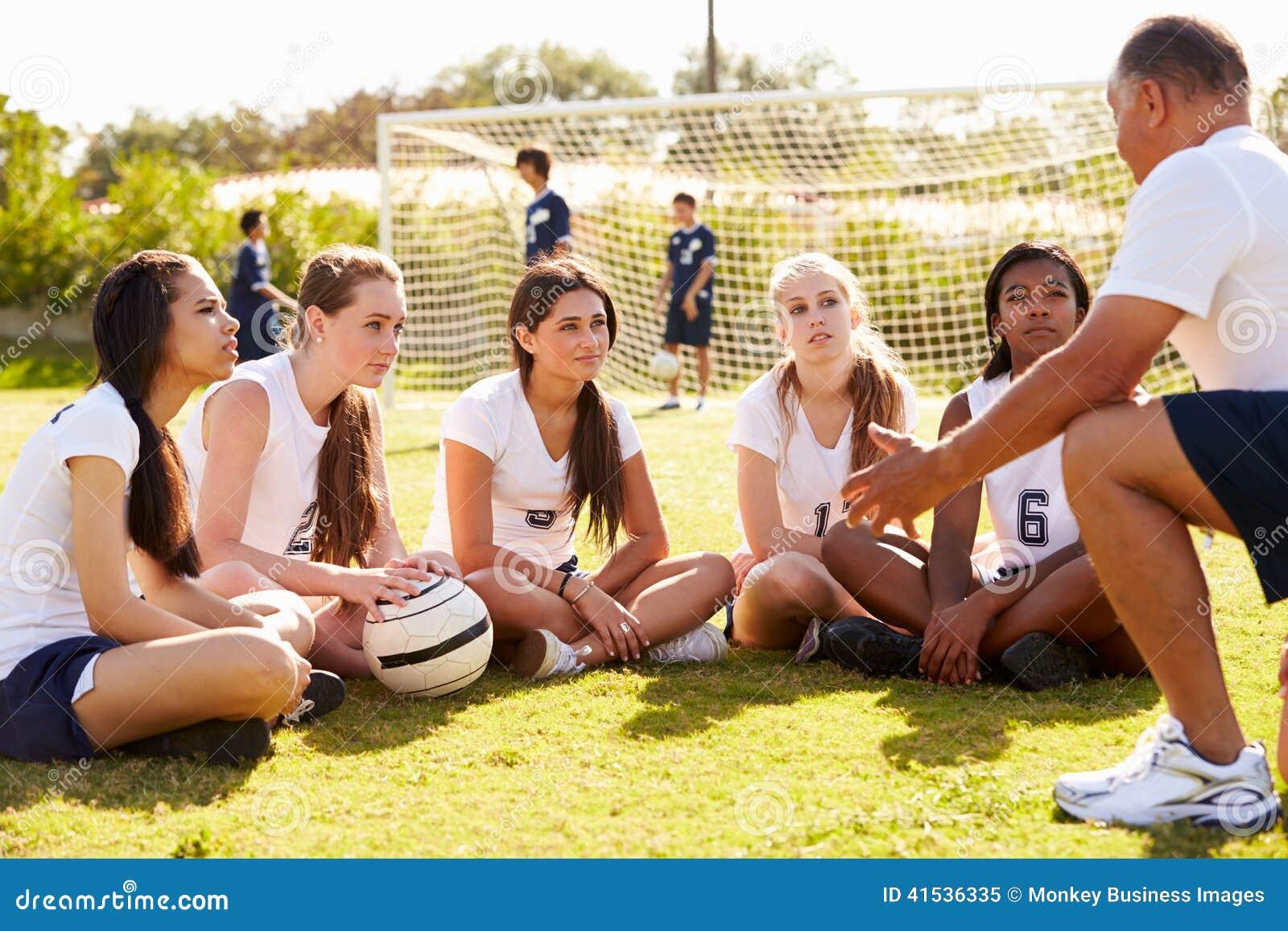 Équipe de football d école de Giving Team Talk To Female High d entraîneur