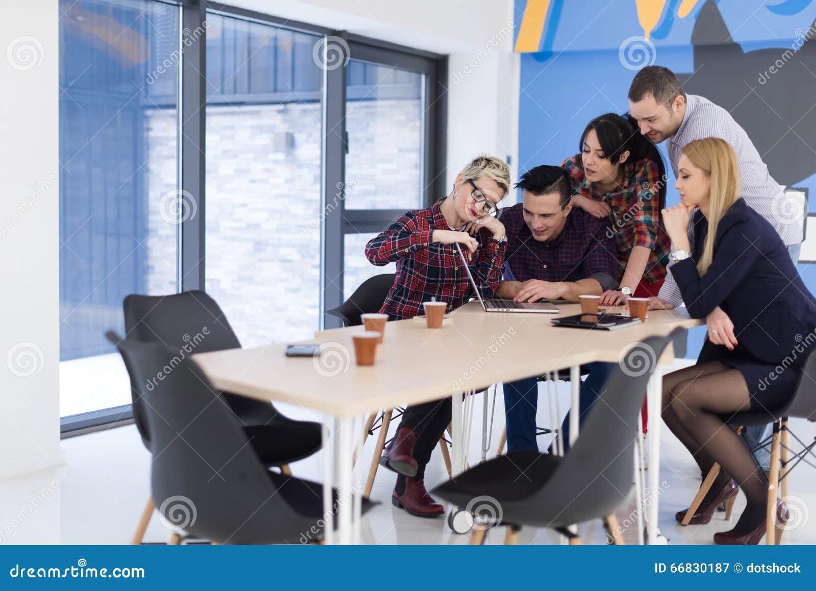 Équipe de jeune entreprise sur la réunion au bureau moderne image