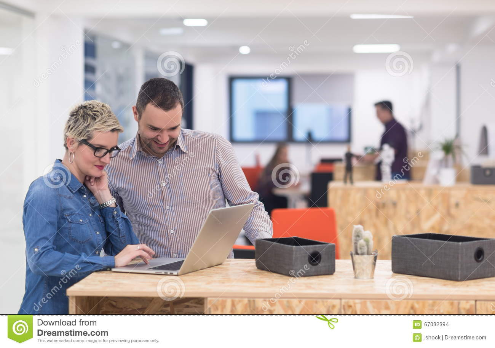 Équipe de jeune entreprise sur la réunion au bureau moderne photo
