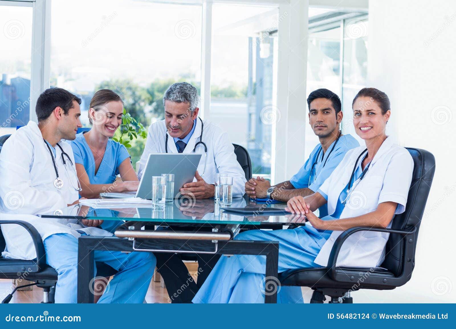 Équipe de médecins de sourire ayant une réunion