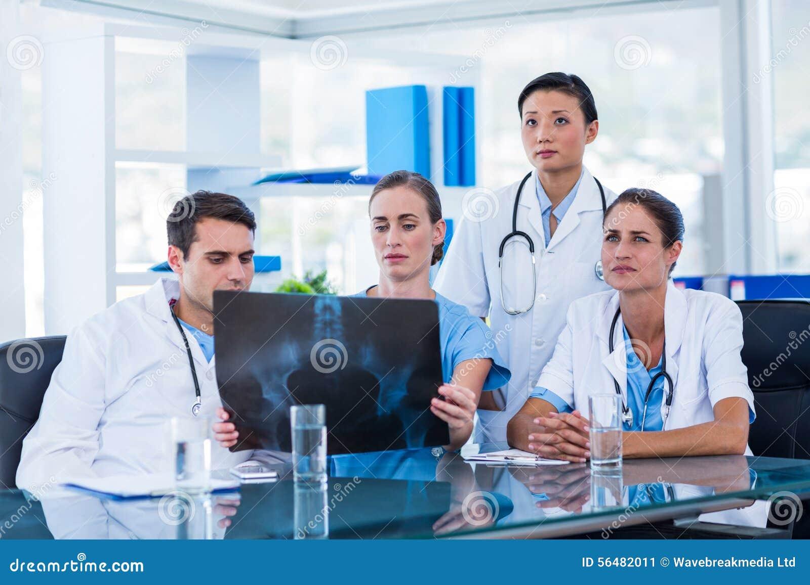 Équipe de médecins regardant le rayon X