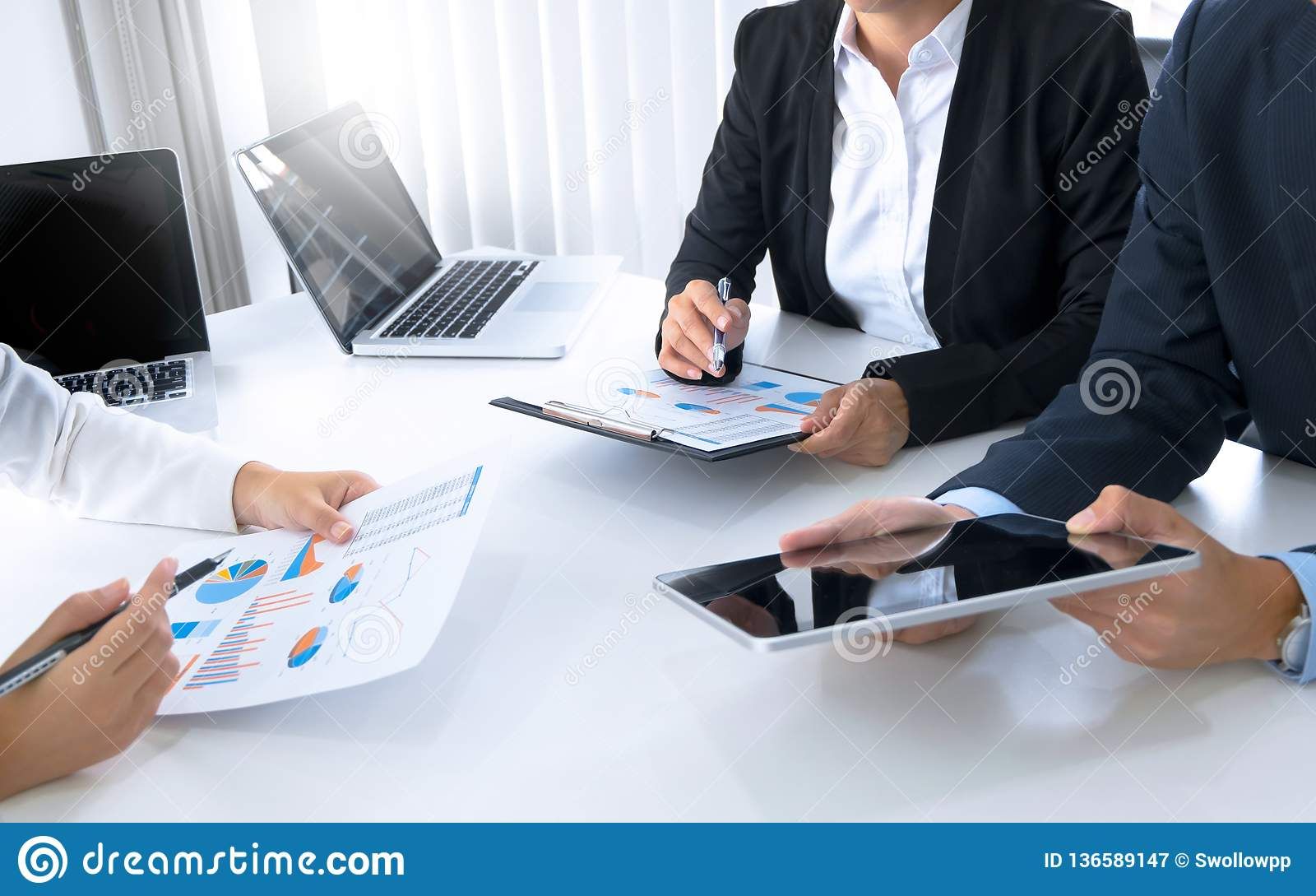 Équipe de performance de ventes d analyse des marchés, concept de réunion d affaires