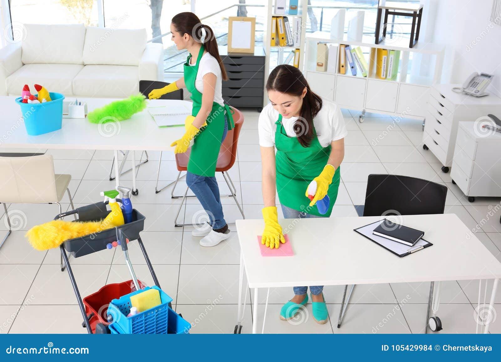Équipe de service de nettoyage au travail