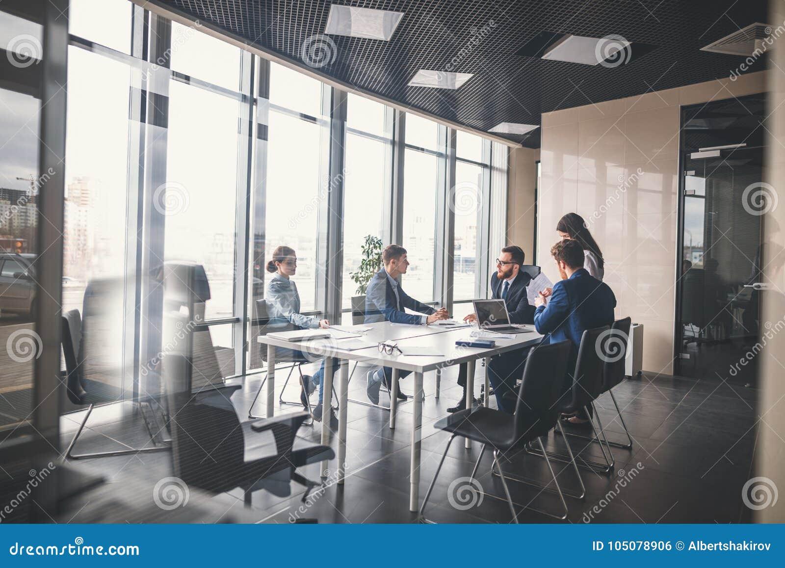 Équipe et directeur d affaires lors d une réunion