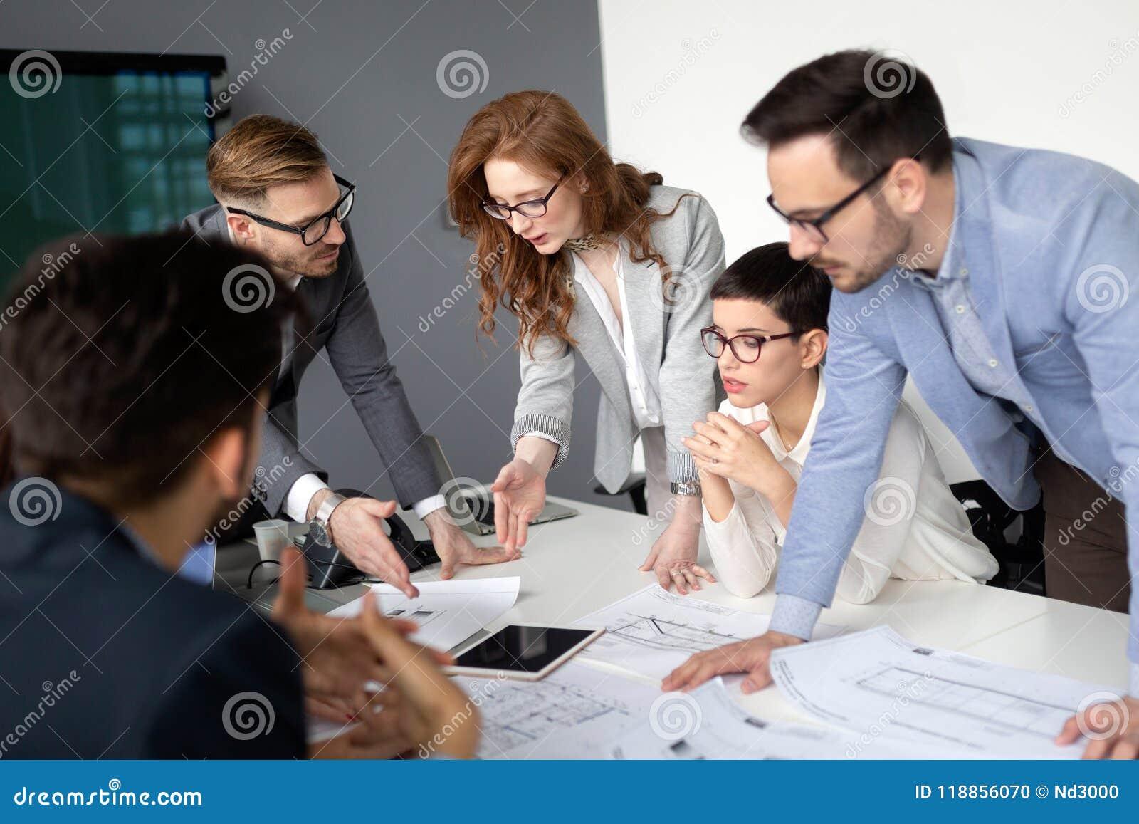 Équipe et directeur d entreprise constituée en société lors d une réunion